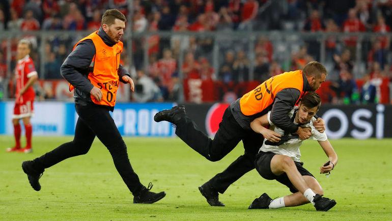"Среда. Мюнхен. ""Бавария"" - ""Реал"" - 1:2. Служба безопасности нейтрализует выбежавшего на поле фаната."