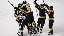 """Сегодня. Бостон. """"Бостон"""" - """"Торонто"""" - 7:4. Игроки """"Брюинз"""" празднуют выход во второй раунд Кубка Стэнли."""