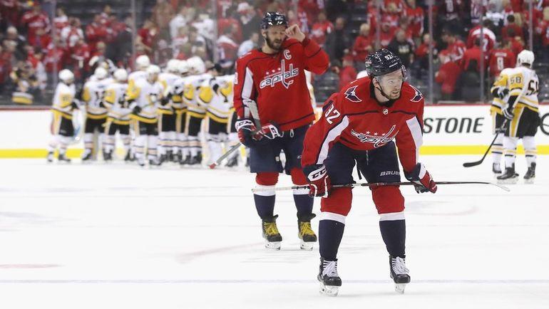 """Сегодня. Вашингтон. """"Вашингтон"""" - """"Питтсбург"""" - 2:3. Евгений КУЗНЕЦОВ (справа) и Александр ОВЕЧКИН (в центре) после поражения. Фото AFP"""