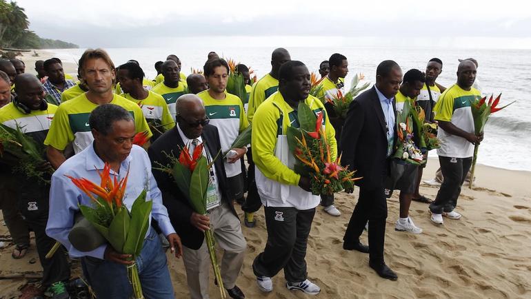Возложение цветов к месту трагедии игроками сборной Замбии в 2012 году.