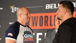 После победы над Фрэнком МИРОМ (справа) Федор ЕМЕЛЬЯНЕНКО совершил скачок на 30 позиций в рейтинге Fight Matrix.