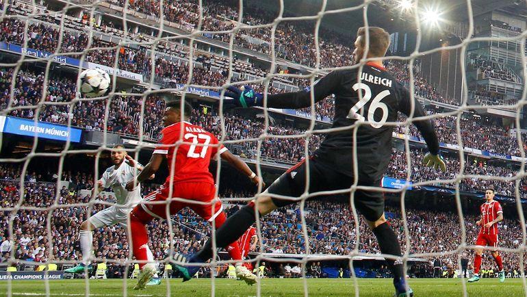 """Вторник. Мадрид. """"Реал"""" - """"Бавария"""" - 2:2. Карим БЕНЗЕМА забивает Свену УЛЬРАЙХУ в первый раз. Второй мяч француза состоится после необъяснимого ляпа голкипера. Фото Reuters"""