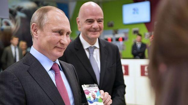 Владимир ПУТИН с паспортом болельщика ЧМ-2018. Фото AFP