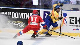 Суббота. Стокгольм. Швеция - Россия - 3:1. Мика ЗИБАНЕЖАД (справа) уходит от Максима ШАЛУНОВА.