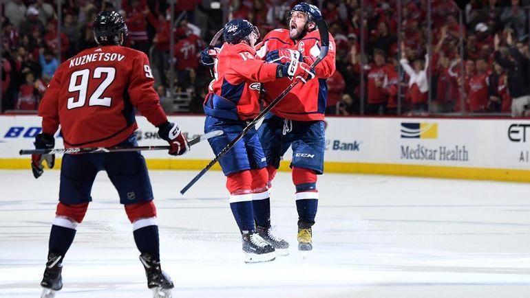 """Вчера. Вашингтон. """"Вашингтон"""" – """"Питтсбург"""" – 6:3. Радость Александра ОВЕЧКИНА (справа) и его партнеров. Фото NHL.com"""