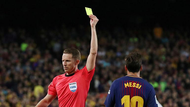 Желтая карточка Лионель МЕССИ. Фото Reuters