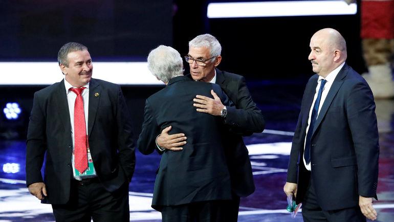Станислав ЧЕРЧЕСОВ, Эктор КУПЕР и Оскар РАМИРЕС (справа налево). Фото REUTERS
