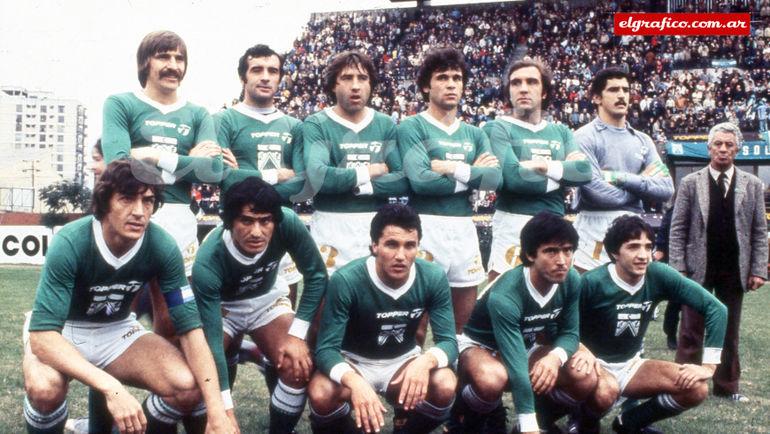 """Стартовый состав """"Ферро"""", обыгравший """"Кильмес"""" 2:0 и взявший первое чемпионство в истории клуба. Эктор Купер – четвертый слева в верхнем ряду. Фото El Gráfico"""