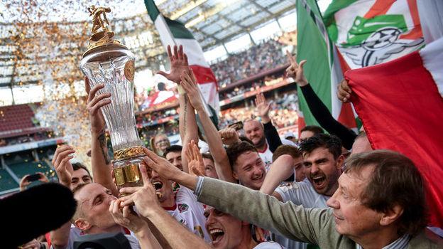 5 мая. Юрий СЕМИН с командой празднует победу в чемпионате. Фото Дарья ИСАЕВА, «СЭ»