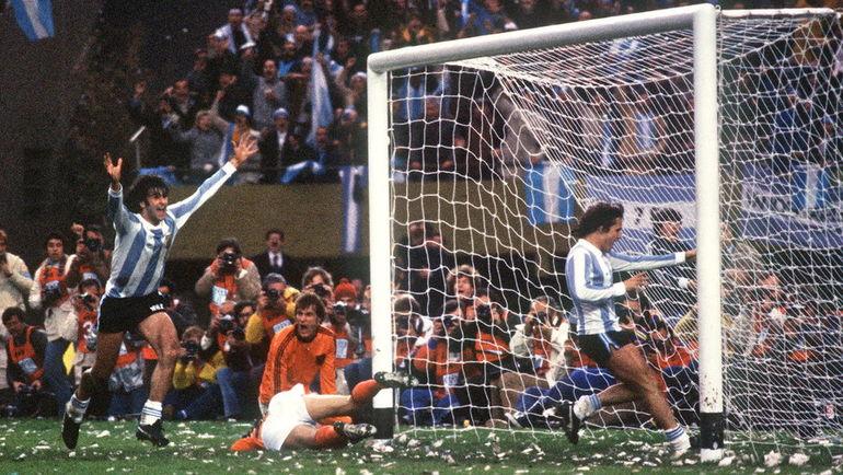 25 июня 1978 года. Буэнос-Айрес. ЧМ-1978. Финал. Аргентина - Голландия - 3:1. 105-я минута. Только что Марио КЕМПЕС (слева) забил победный гол. Фото AFP