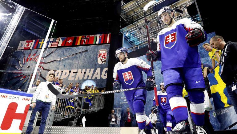 Суббота. Копенгаген. Словакия - Швеция - 3:4 ОТ. Хоккеисты словацкой сборной выходят на матч против шведов. Фото REUTERS