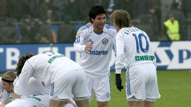 Алехандро ДОМИНГЕС (в центре) и Андрей АРШАВИН (№10). Фото Татьяна ДОРОГУТИНА