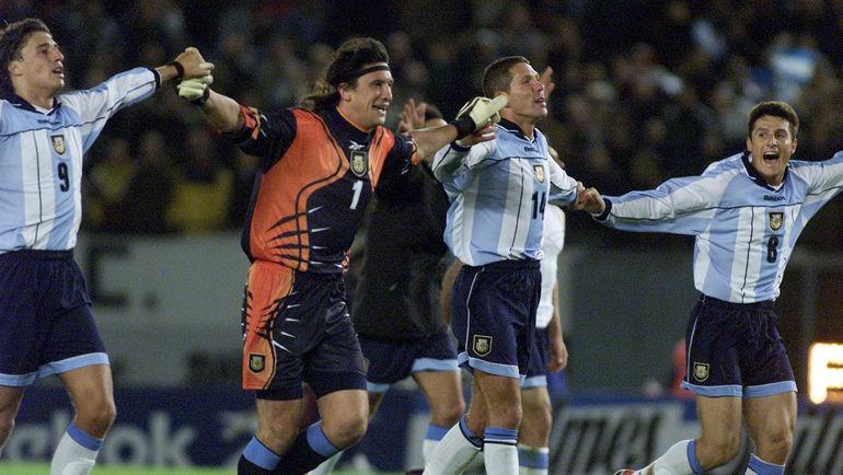 (слева направо) Эрнан КРЕСПО, Херман БУРГОС, Диего СИМЕОНЕ и Хавьер ДЗАНЕТТИ празднуют выход Аргентины на чемпионат мира-2002. Фото REUTERS