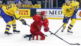 Вторник. Копенгаген. Россия - Швеция - 1:3. Мика ЗИБАНЕЖАД (слева) пытается отнять шайбу у Евгения ДАДОНОВА.