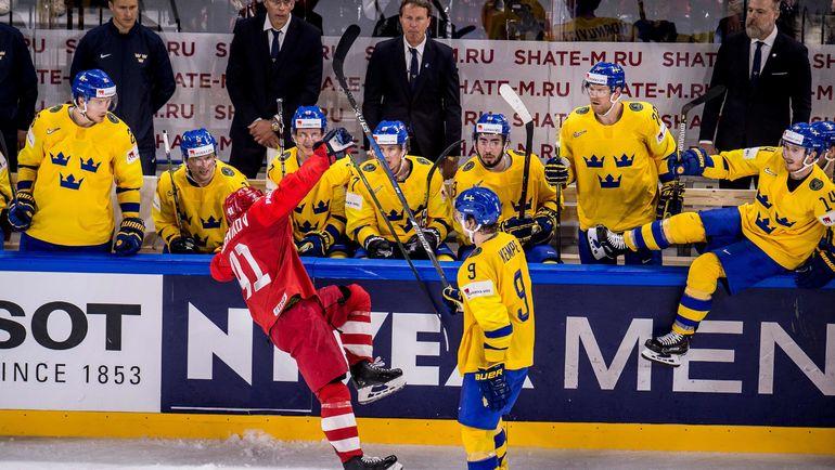 Вторник. Копенгаген. Россия - Швеция - 1:3. Никита СОШНИКОВ и Адриан КЕМПЕ у скамейки шведов. Фото AFP