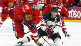 Четверг. Копенгаген. Россия – Канада – 4:5 ОТ. Капитан канадцев Коннор МАКДЭВИД (справа) против Никиты НЕСТЕРОВА.