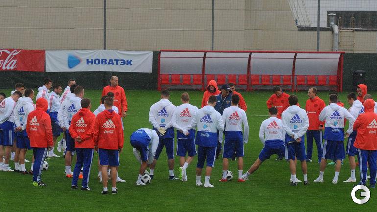 Сегодня. Новогорск. Тренировка сборной России началась под проливным дождем.