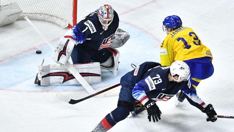 Сегодня. Копенгаген. Швеция – США – 6:0. Маттиас ЯНМАРК (справа) поражает ворота американцев. Фото AFP