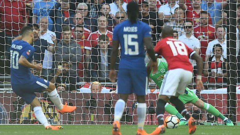 """Сегодня. Лондон. """"Челси"""" - """"Манчестер Юнайтед"""" - 1:0. Эден АЗАР (№10) реализует победный пенальти. Фото AFP"""