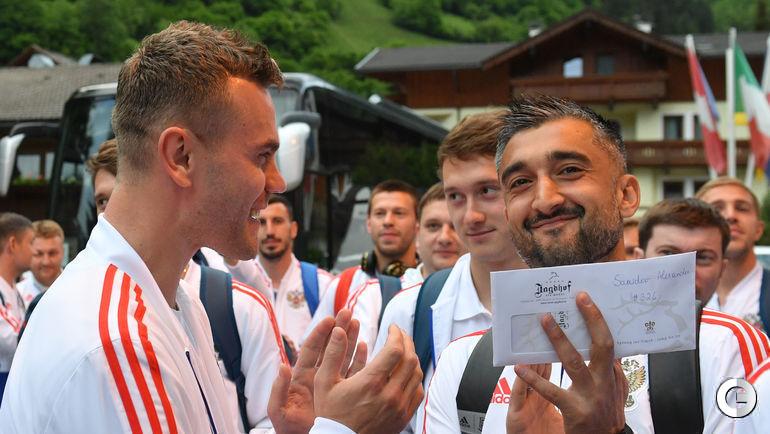 Сегодня. Нойштифт. Игорь АКИНФЕЕВ и Александр САМЕДОВ возле отеля сборной России.