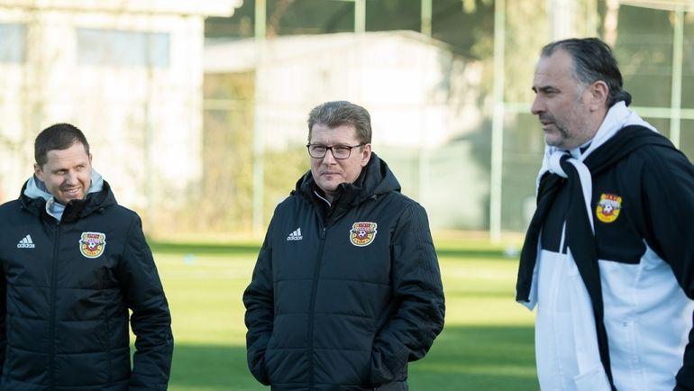 Андрей РУДАКОВ (в центре) с Миодрагом БОЖОВИЧЕМ (справа) и Игорем СЕМШОВЫМ. Фото arsenaltula.ru