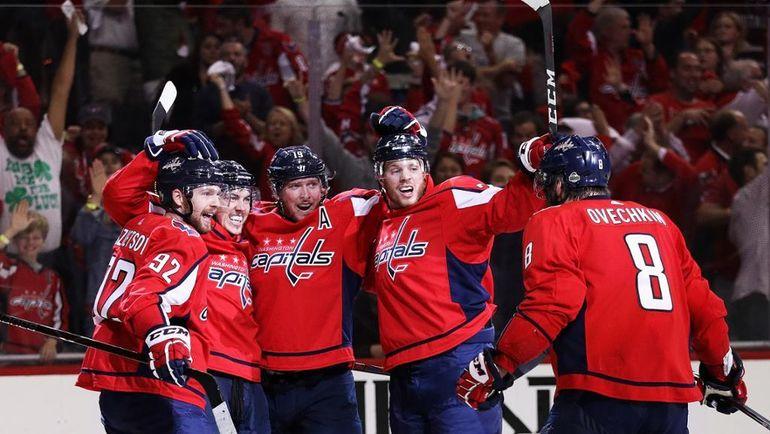 """21 мая. Вашингтон. """"Вашингтон"""" - """"Тампа-Бэй"""" - 3:0. """"Столичные"""" празднуют победу - они организовали матч №7. Фото NHL.com"""