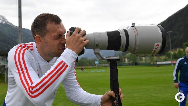 Вторник. Нойштифт. Артем ДЗЮБА после тренировки сборной России занялся фотографией.