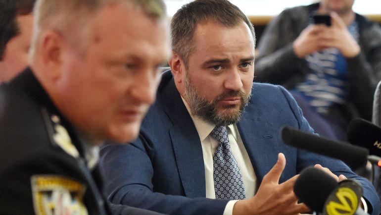 Президент ФФУ Андрей ПАВЕЛКО (справа) и глава национальной полиции Сергей КНЯЗЕВ во время пресс-конференции по поводу расследования дела о договорных матчах. Фото Reuters