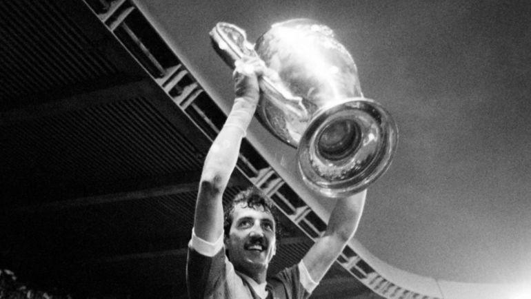 """27 мая 1981 года. Париж. """"Ливерпуль"""" - """"Реал"""" - 1:0. Алан КЕНЕДИ с главным трофеем клубного футбола Европы."""
