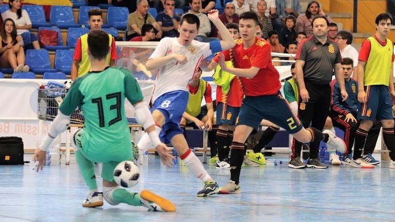 Капитан сборной России Максим ОКУЛОВ (№ 8) забивает свой третий гол в ворота испанцев за две игры. Фото АМФР