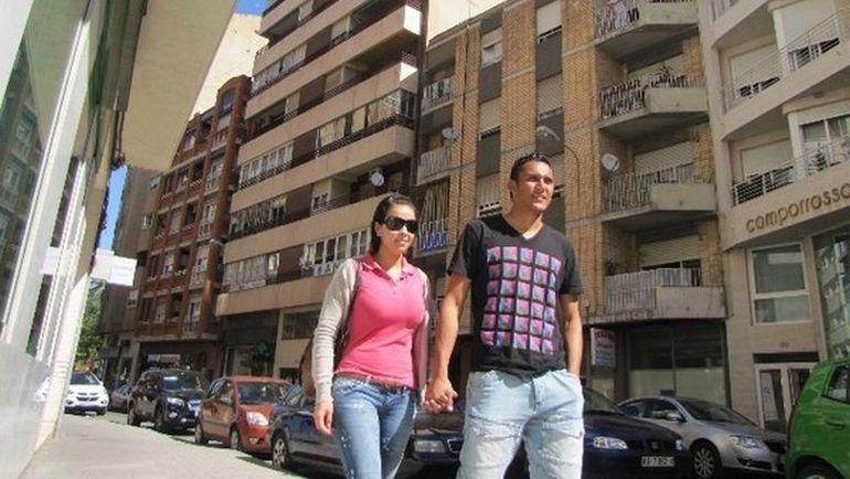 Кейлор НАВАС с женой на улицах Альбасете. Фото La Nacion