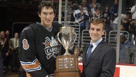 Октябрь 2006 года. Вашингтон. Александр ОВЕЧКИН и Джордж МАКФИ с призом лучшему новичку НХЛ.