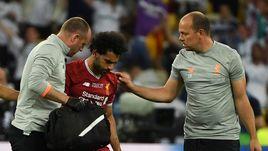 """Нападающий """"Ливерпуля"""" Мохамед САЛАХ покидает поле из-за травмы."""