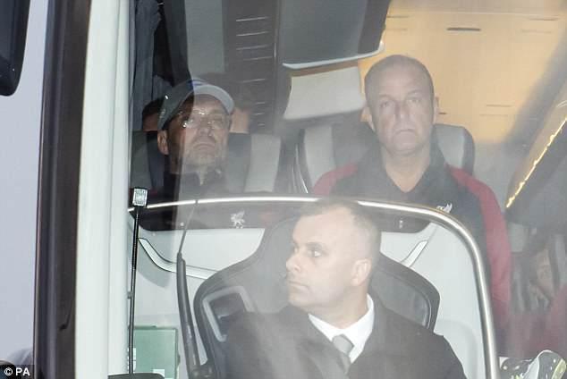 """Главный тренер """"Ливерпуля"""" Юрген Клопп (слева) и команда прилетели в Англию."""