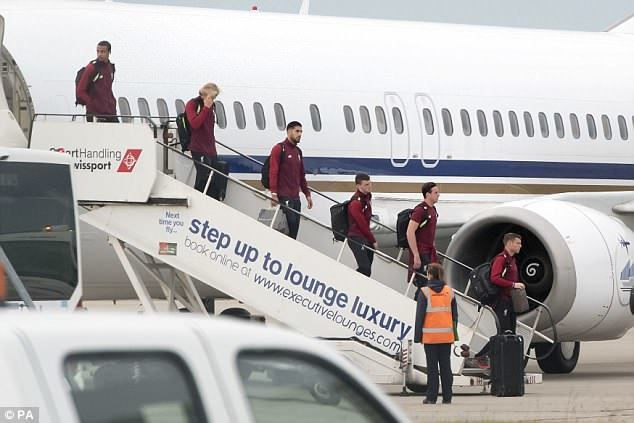 """""""Ливерпуль"""" вернулся в Англию. Вратарь Лорис Кариус (второй слева) прикрывает лицо рукой."""