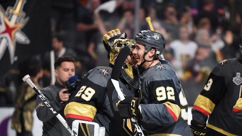 """Игроки """"Вегаса"""" Марк-Андре ФЛЕРИ (№29) и Томас НОСЕК празднуют победу. Фото USA TODAY Sports"""