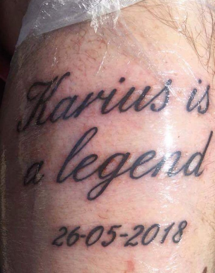 "Фанат ""Манчестер Юнайтед"" набил татуировку ""Кариус - легенда""."