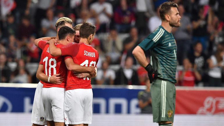 Вчера. Инсбрук. Австрия - Россия - 1:0. 28-я минута. Австрийцы празднуют гол в ворота Игоря АКИНФЕЕВА. Фото AFP