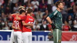 Вчера. Инсбрук. Австрия - Россия - 1:0. 28-я минута. Австрийцы празднуют гол в ворота Игоря АКИНФЕЕВА.