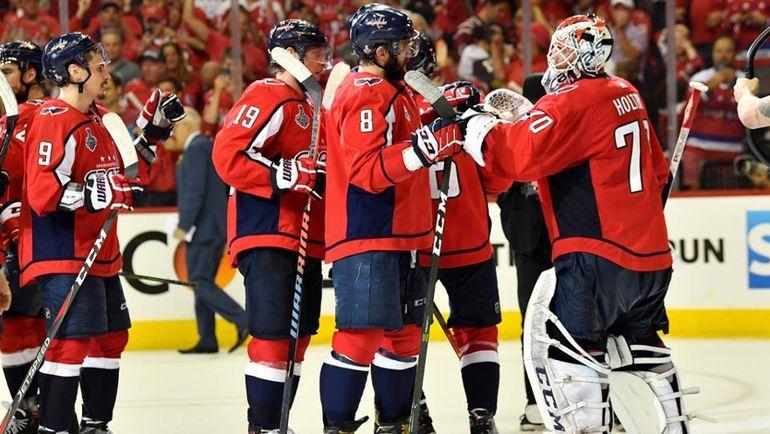 """Сегодня. Вашингтон. """"Вашингтон"""" - """"Вегас"""" - 3:1. Игроки """"Кэпиталз"""" празднуют победу. Фото НХЛ"""