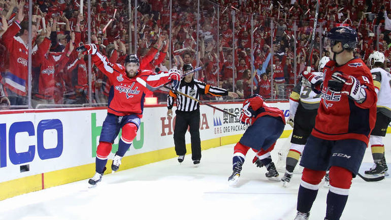"""Сегодня. Вашингтон. """"Вашингтон"""" - """"Вегас"""" - 3:1. Евгений КУЗНЕЦОВ (слева) празднует заброшенную шайбу. Фото НХЛ"""