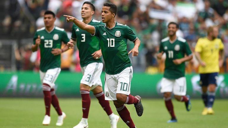 Джованни ДОС САНТОС (№10) и его партнеры по сборной Мексики устроили шумную вечеринку перед тем, как отправиться на чемпионат мира в Россию. Фото AFP