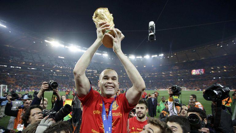 Андрес ИНЬЕСТА с кубком чемпионата мира. Фото AFP