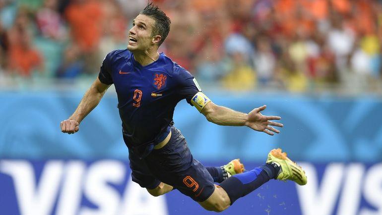 Робин ВАН ПЕРСИ забивает один из самых крутых голов головой в истории мирового футбола. Фото AFP