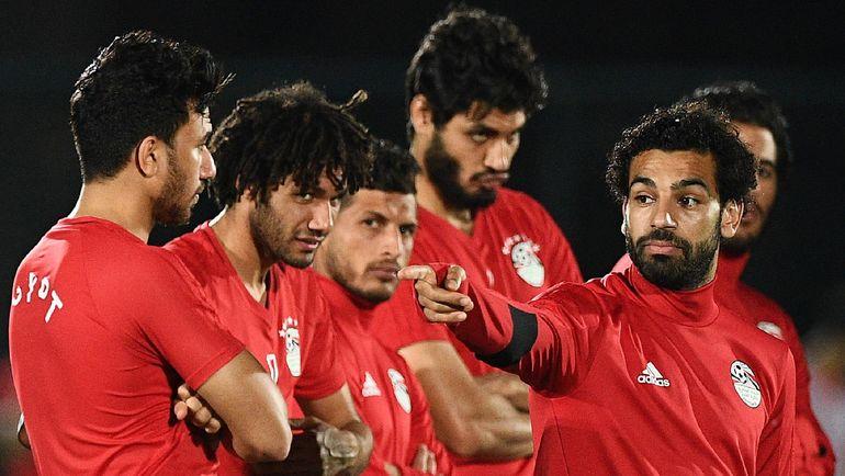 Лидер сборной Египта Мохамед САЛАХ (справа) с партнерами. Фото AFP