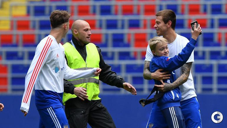Суббота. Москва. Дети выбежали на поле стадиона после тренировки сборной России.