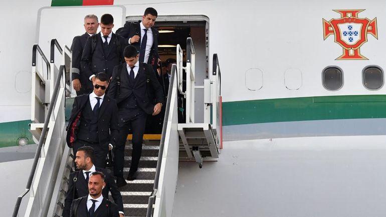 Криштиану РОНАЛДУ вместе с партнерами по сборной Португалии прилетел в Россию. Фото AFP