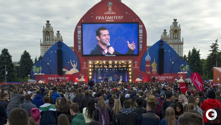 Воскресенье. Москва. Фан-зона на Воробьевых горах. Александр КЕРЖАКОВ выступает перед болельщиками.
