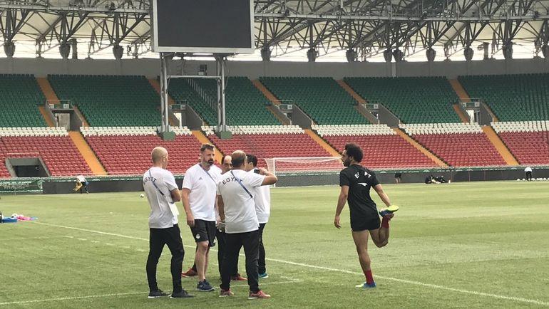 Нападающий Мохамед Салах вышел на тренировку сборной Египта в Грозном, но не работает в общей группе. Фото «СЭ»