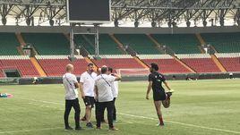Нападающий Мохамед Салах вышел на тренировку сборной Египта в Грозном, но не работает в общей группе.